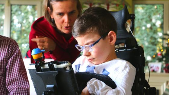 Gyermek kommunikációs segédeszköz használatát tanulja