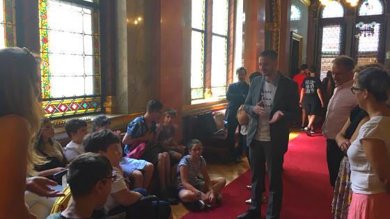 A Holnap Iskolája inkluzív nyári tábor résztvevői a parlamentben képviselőkkel beszélgetnek