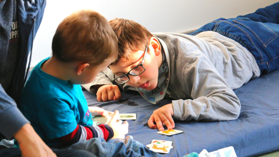 Két gyermek kommunikációt segítő kártyákkal tanul