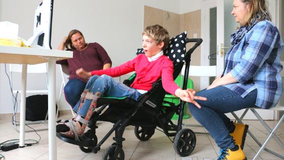 gyermek szemvezérelt AAK kommunikációs segédeszközt használ