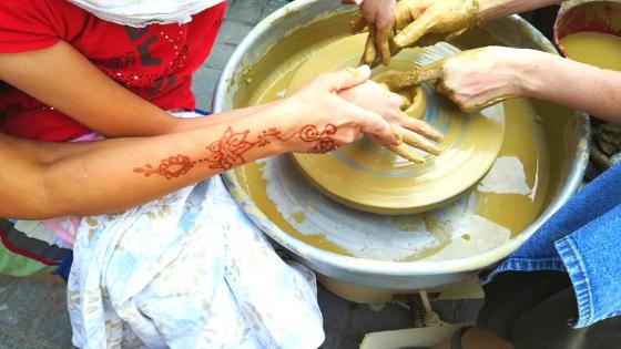 A Zugolyda élmény tábor résztvevői kipróbálják a fazekas mesterséget