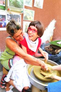 A Zugolyda élménytábor egy résztvevője kipróbálja a fazekas mesterséget